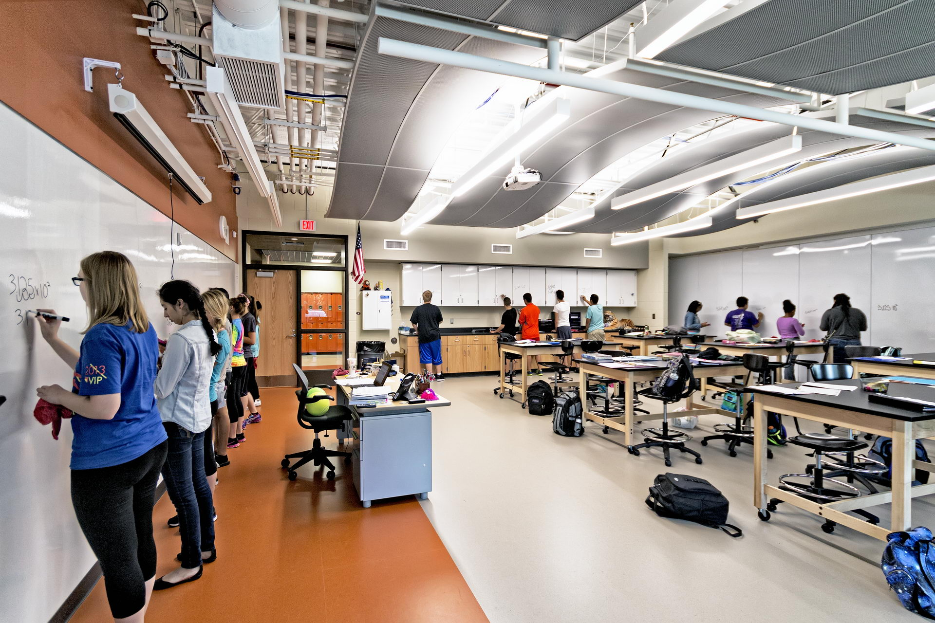 Science Classroom Breaks Boundary Between Lecture & Lab